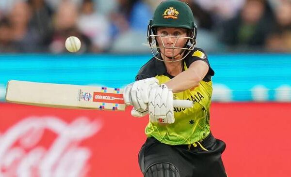 Beth Mooney signs a new deal with Perth Scorchers
