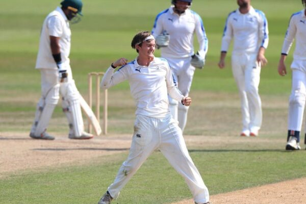 Yorkshire extend one year contract with Jack Shutt