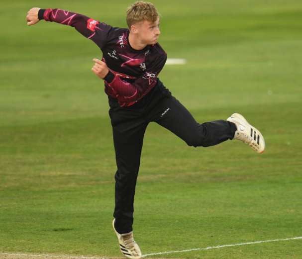 Lewis Goldsworthy signs a two-year contract extension with Somerset